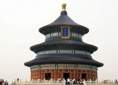 远远看去,为三层圆亭形,顶上的鎏金造型和西安钟楼上的有些相似.